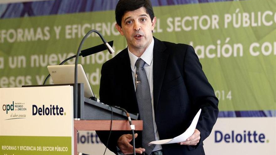 El consejero de Economía y Hacienda del Gobierno de Canarias, Javier González Ortiz, en una jornada acerca de las reformas y eficiencia del sector público. EFE/Cristóbal García