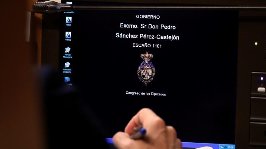 Ordenador del escaño del presidente del Gobierno, durante la sesión de investidura de este martes.