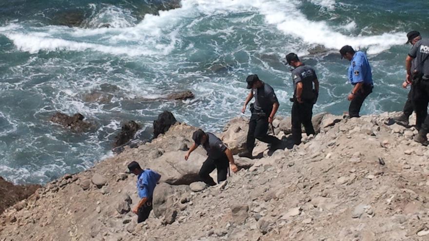 Policías de los diferentes cuerpos accediendo a una de las playas.