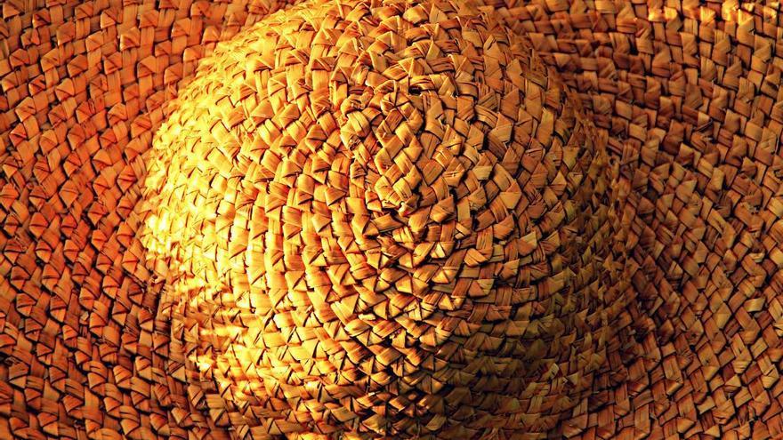 En la imagen, un sombrero de colmo confeccionado por Nela Brito. Foto: FERNANDO RODRÍGUEZ.
