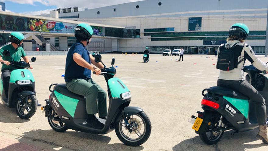 Varios periodistas probando motos elécticas de la COUP Driving Scholl.