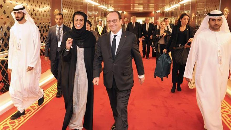 Hollande alude al plan de Fillon y alerta que sin funcionarios no hay Estado