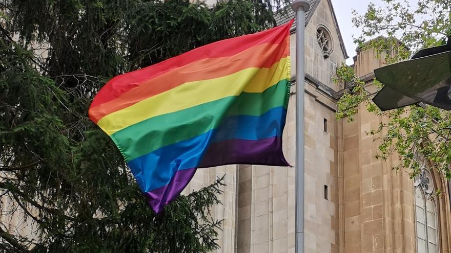 El parlamento alavés ha izado la bandera del colectivo LGTBI en el exterior de su sede
