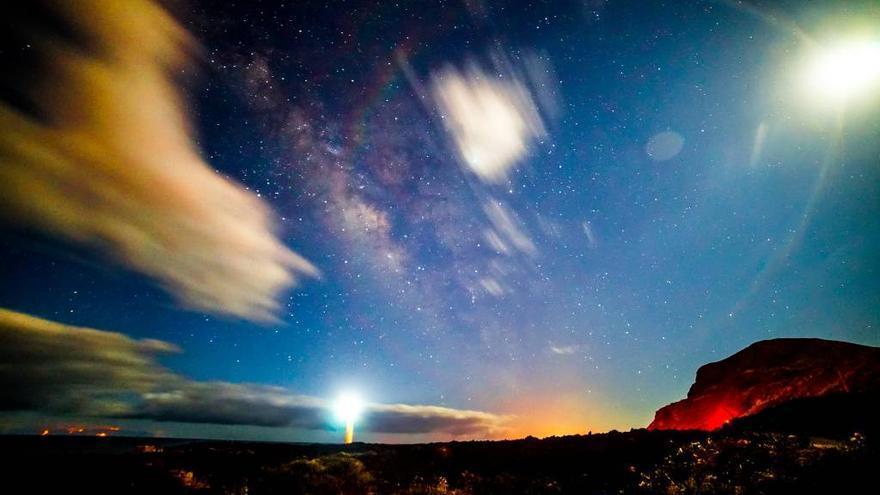 La Salemera, en la costa del municipio de Villa de Mazo, con la Vía Láctea acompañada de la  Luna y el faro situado en el entorno,  fue este domingo, 13 de octubre, la Imagen del Día de las Ciencias la Tierra.