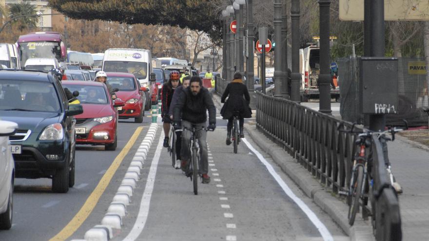Varios ciclistas por uno de los tramos del anillo ciclista de Valencia.