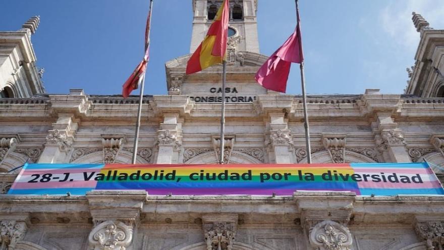 La bandera del 'Orgullo LGTBI' en el balcón del Ayuntamiento de Valladolid.