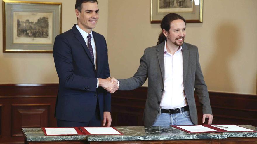 El presidente del Gobierno español en funciones, el socialista Pedro Sánchez, y el líder de Podemos, Pablo Iglesias, se estrechan la mano en el Congreso de los Diputados donde hoy firmaron un acuerdo para la formación de un Ejecutivo en España tras las elecciones del pasado domingo. EFE/Paco Campos