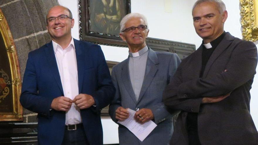 Foto de archivo del presidente del Cabildo de La Palma, Anselmo Pestana (i), junto a Antonio Hernández (centro)..