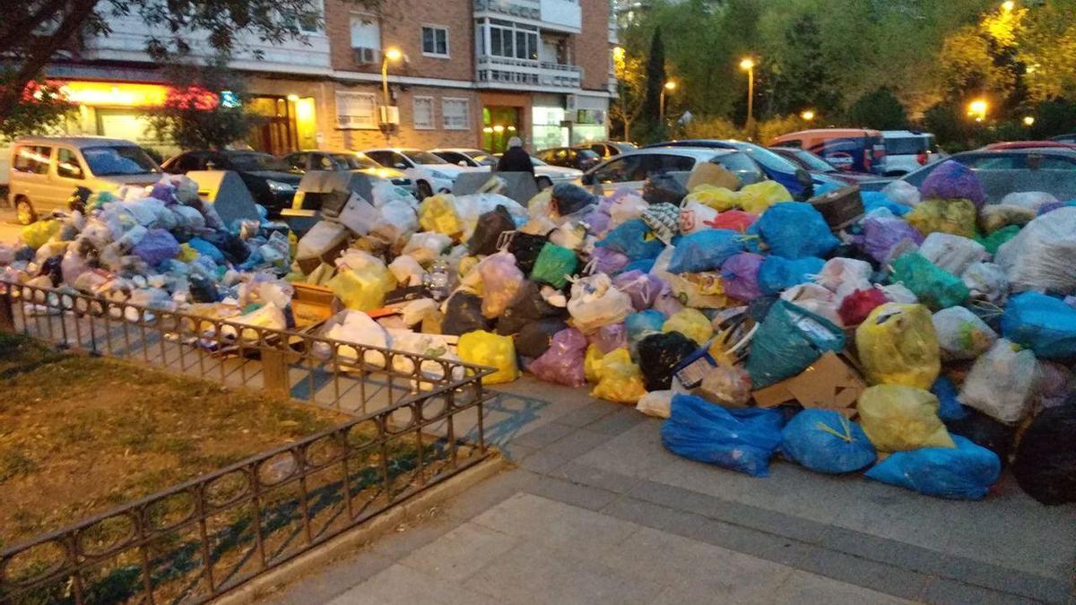 Basura acumulada en una calle