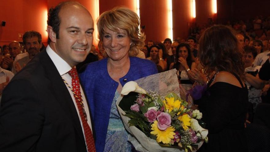 La expresidenta de Madrid, Esperanza Aguirre, acompaña a Pedro Rollán en su proclamación como alcalde en 2011