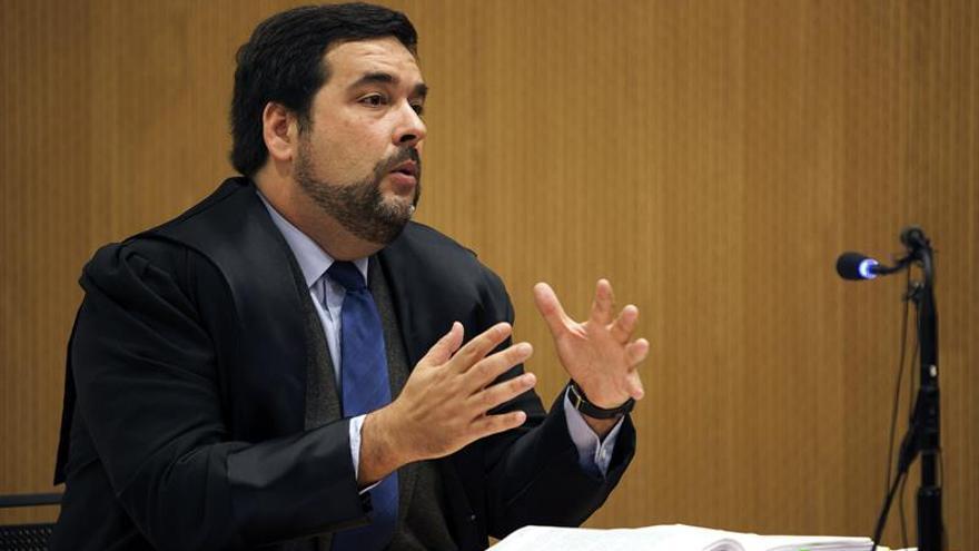 El acusado y también abogado en su defensa, Francisco José Benítez Cambreleng, durante su interrogatorio en la segunda sesión del juicio por el caso Grupo Europa. EFE/Ángel Medina G.
