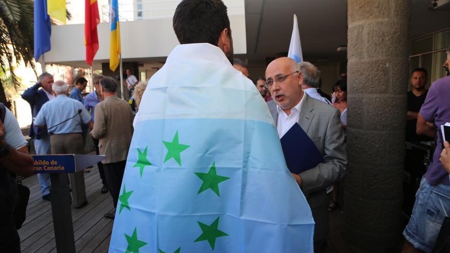 Antonio Morales en el acto en el que se iba a izar la bandera de las siete estrellas