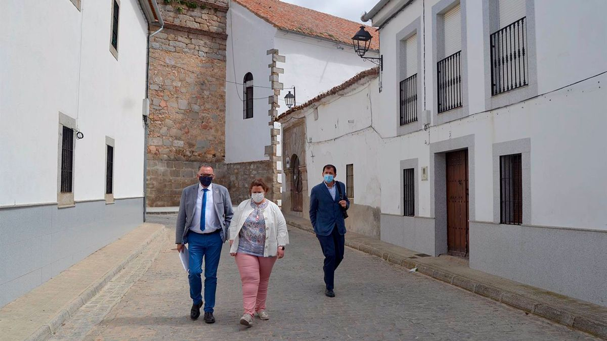 El delegado de Cohesión Territorial de la Diputación, Juan Díaz (izda.), en su visita a Torrecampo.