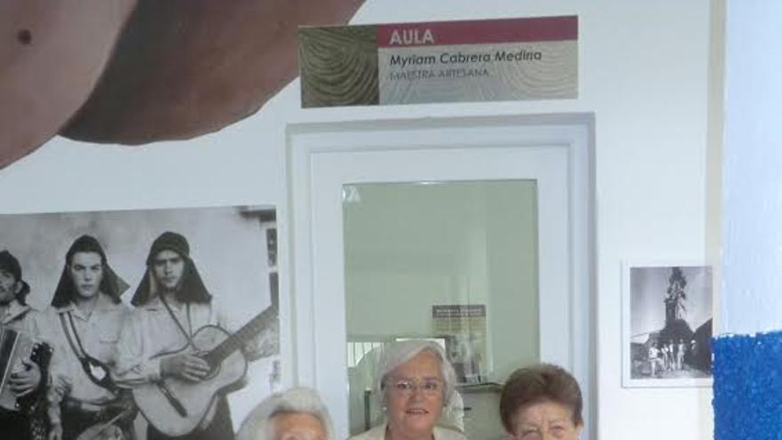 En la imagen, la consejera insular de Cultura, María Victoria Hernández, junto a las artesanas jubiladas Myrima Cabrera (primera directora de la Escuela) y Agapita Hernández.