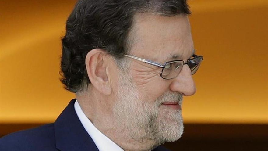 """Rajoy alaba la """"maestría"""" de Fernández Paz al acercar la literatura a los jóvenes"""