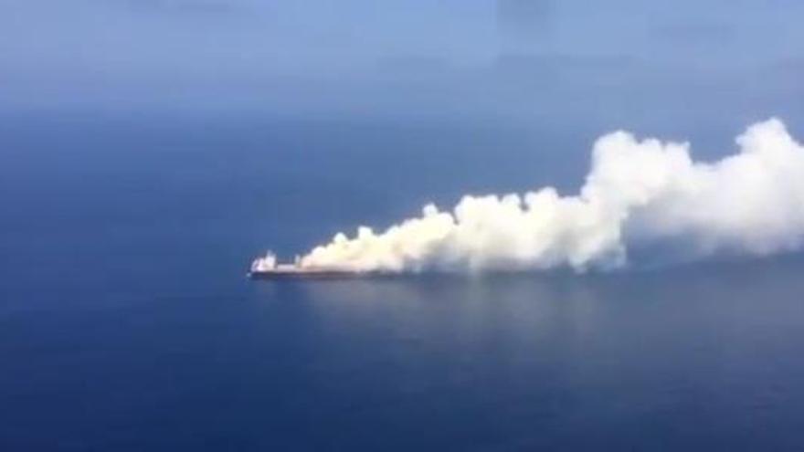Fotograma del buque incendiado de un vídeo públicado por El Pais.