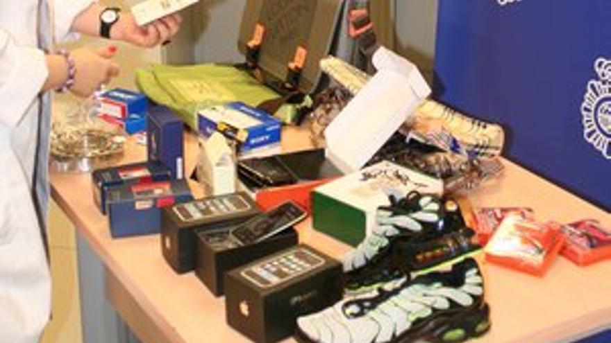 Perfumes, bolsos, marroquinería, pañuelos o alta bisutería son algunos de los cientos de artículos que se falsifican y se venden con facilidad en estas fechas navideñas.
