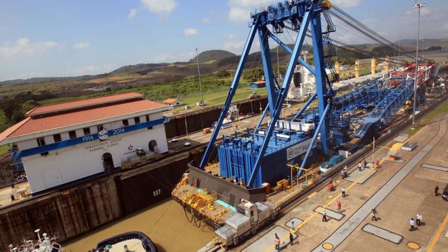 Una de las grúas más grandes del mundo atraviesa el Canal de Panamá