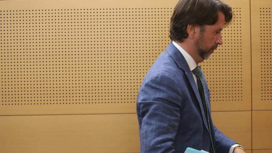 Carlos Alonso, expresidente del Cabildo de Tenerife, en el pleno de este miércoles