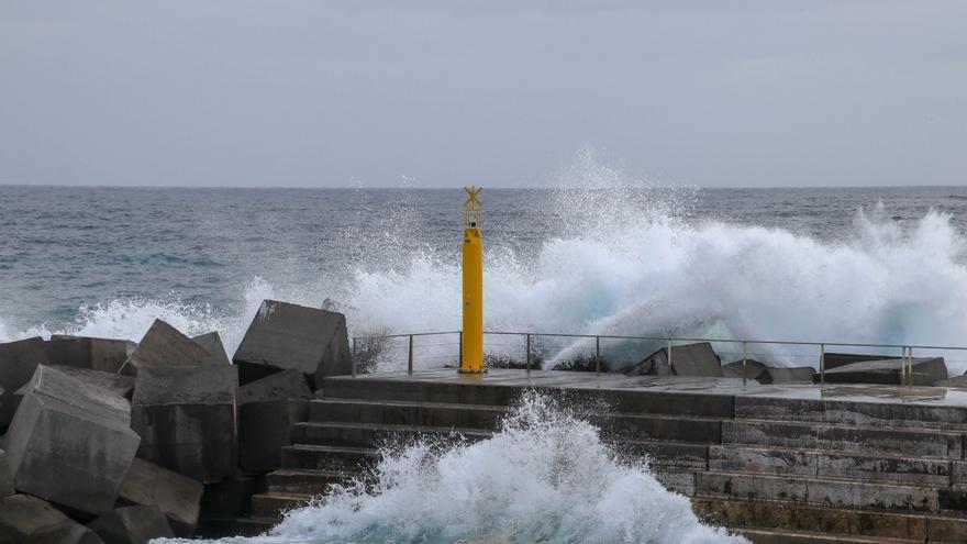 Las olas han batido con fuerza este lunes contra el muro de la zona norte de la playa de Santa Cruz de La Palma.