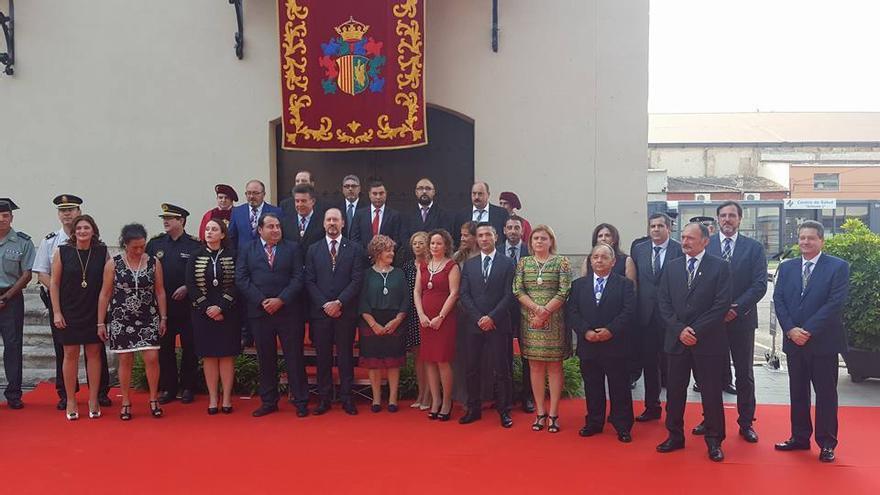 El alcalde de Orihuela, Emilio Bascuñana, junto al resto de la corporación en la celebración del 9 d'Octubre