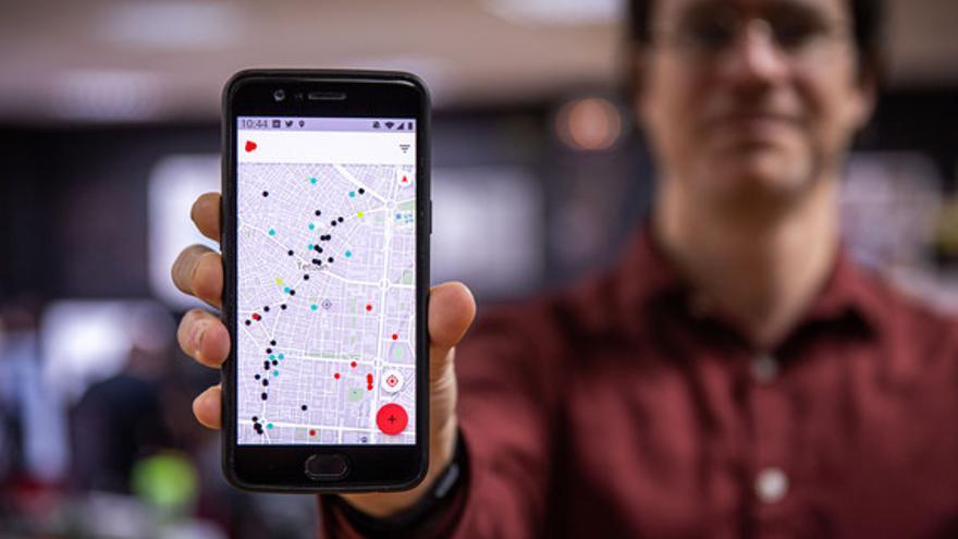 Pablo Ruiz Múzquiz, CEO de Kaleidos, muestra la aplicación en la que se ven un montón de puntos negros que corresponden a casas de juego en la calle Bravo Murillo de Madrid. / Álvaro Muñoz Guzman / SINC