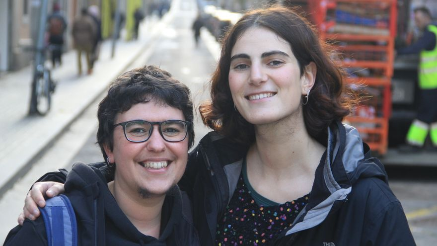 Mar y Cristina, impulsoras de 'Som barbarie', justo antes de su primera reunión