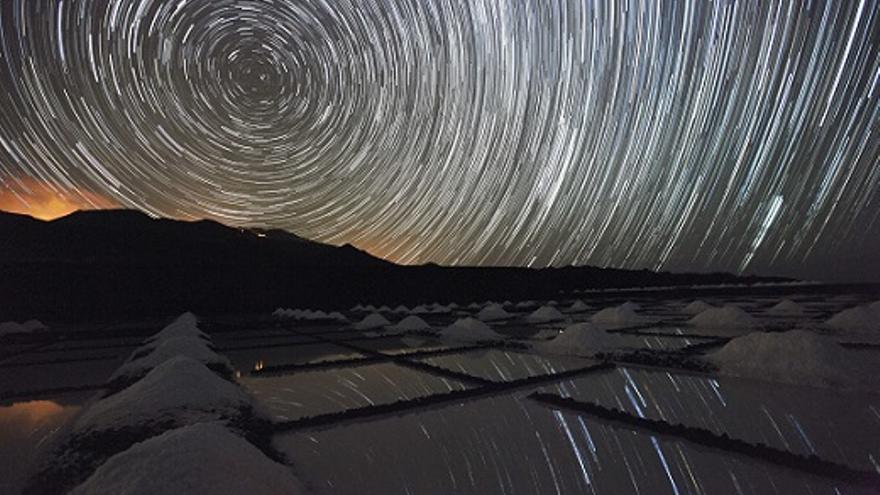 Imagen del cielo nocturno captada en las Salinas de Fuencaliente. Foto: JUAN ANTONIO GONZÁLEZ.