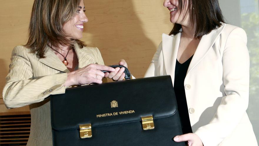 María Antonia Trujillo traspasa la cartera de Vivienda a Carme Chacón, en 2007.