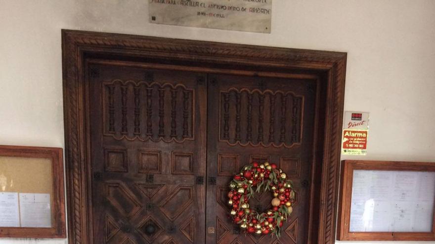 En la imagen, la puerta quemada. Foto: AYUNTAMIENTO DE LOS LLANOS