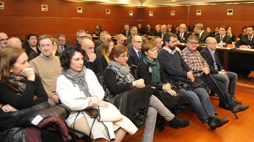 Sergio Fernández Oleaga, con la mano en la cara, en el centro en la segunda fila