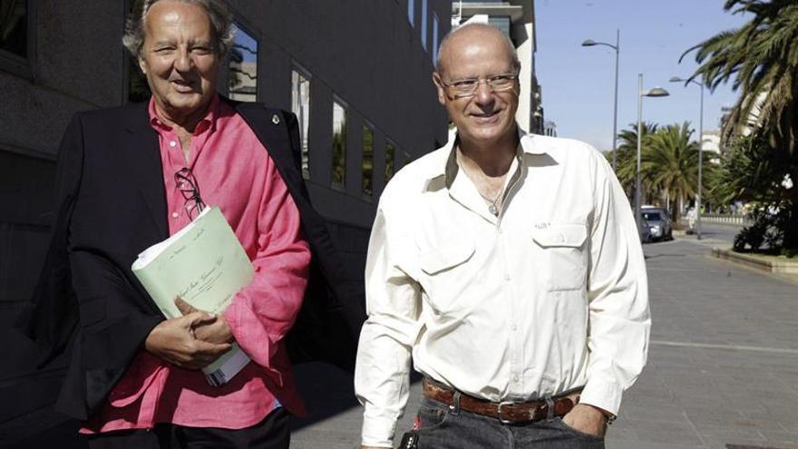 El periodista y productor de televisión, Francisco Padrón (d), acompañado por su abogado, Ángel Isidro Guimerá, a su llegada al Palacio de Justicia de Santa Cruz de Tenerife (EFE/RAMÓN DE LA ROCHA)