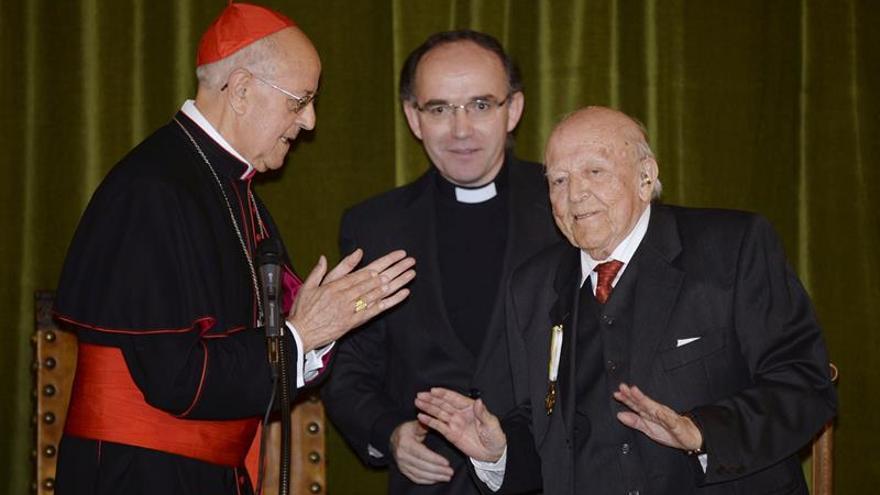Jiménez Lozano recibe desconcertado y agradecido la medalla de la Santa Sede