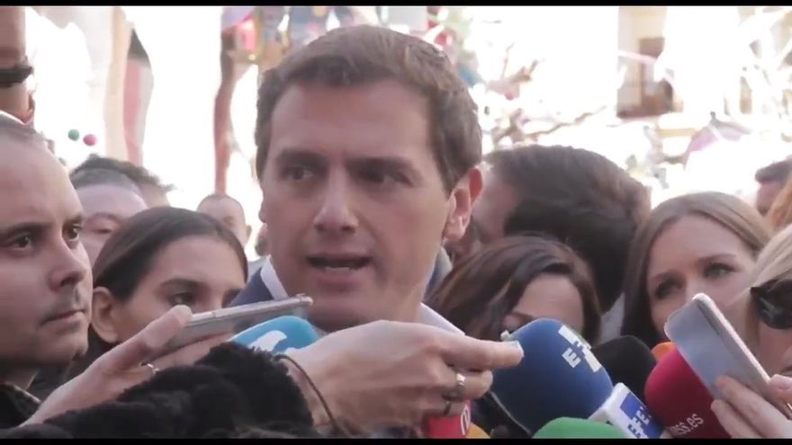 Albert Rivera durante la atención a medios en la falla El Pilar