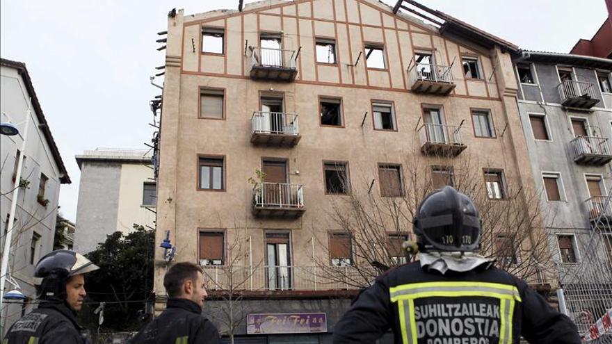 Los afectados del incendio de Pasaia retiran algunos enseres de sus pisos