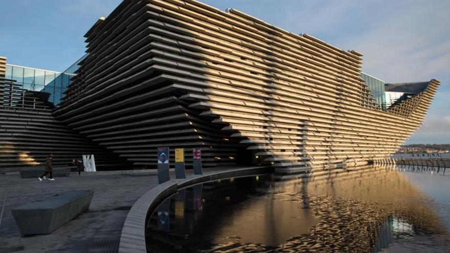 Vista exterior del museo V&A Dundee en Escocia, Reino Unido.