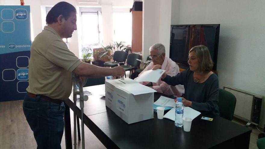 Un militante vota en la sede del PP en el distrito Centro de Madrid