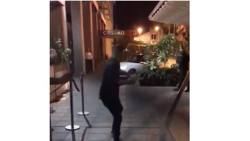 Un conductor atemoriza a un grupo de personas en la puerta de una discoteca de la capital grancanaria