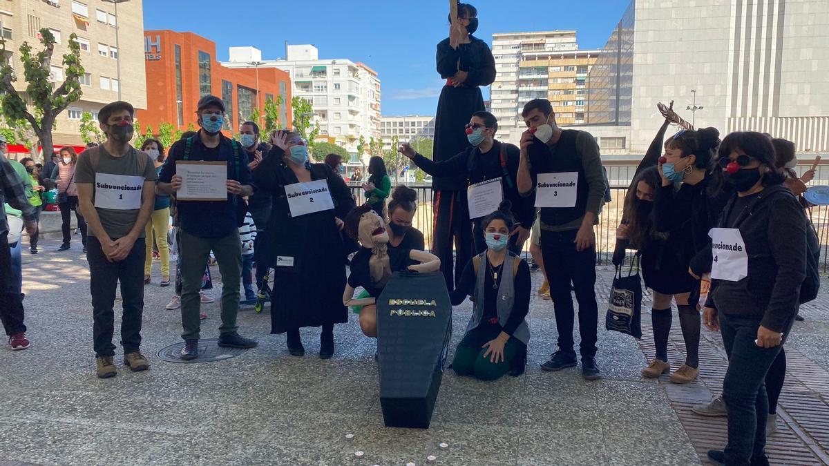 Manifestantes del sector cultural protestan contra la llegada de Mabel Campuzano como consejera de Educación y Cultura.