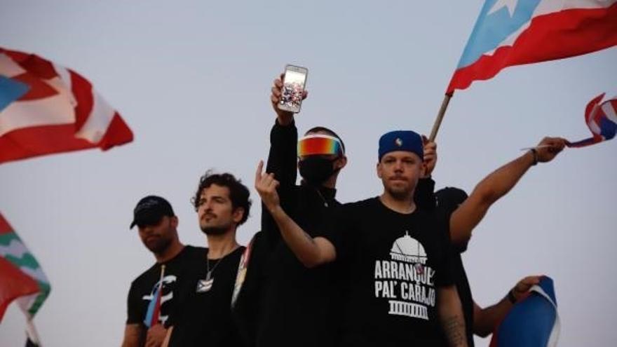 Los cantantes puertorriqueños (i-d) Ricky Martin, Tommy Torres, Bad Bunny y Residente participan en una manifestación masiva este miércoles, en contra el Gobernador de Puerto Rico, Ricardo Roselló, en San Juan (Puerto Rico).