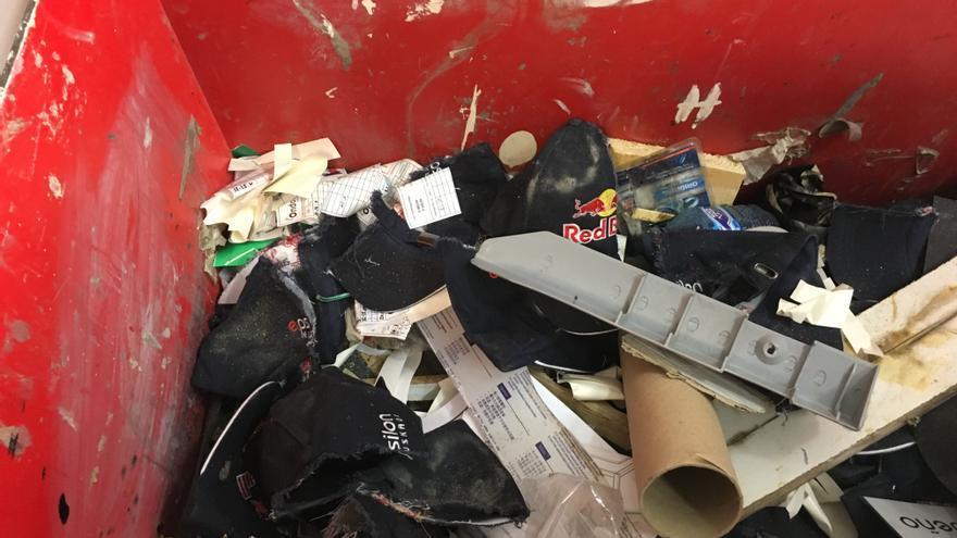 Gorras y otros objetos tirados en Epsilon Euskadi
