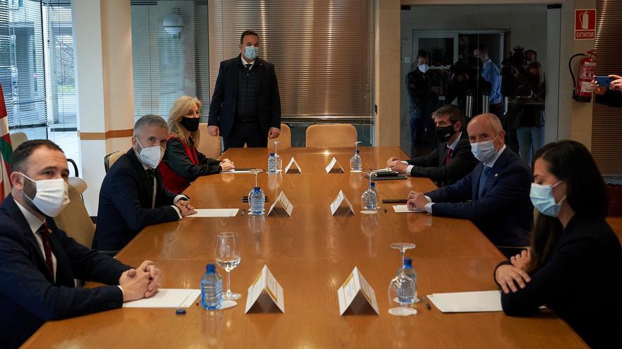 El ministro de Interior, Fernando Grande-Marlaska (2i), y el vicelehendakari primero, Josu Erkoreka (2d), durante su reunión en Vitoria