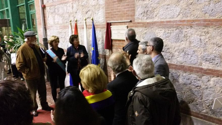 Descubrimiento de la placa de homenaje en la antigua cárcel franquista de Tabacalera. | LARO GARCÍA