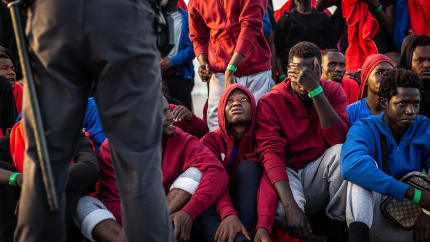 Varios hombres recién llegados a las costas españolas.