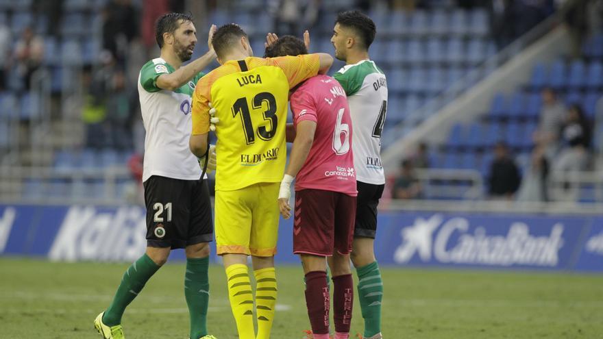 Los jugadores del Racing consuelan a Luis Milla tras el partido del pasado domingo en el Heliodoro.