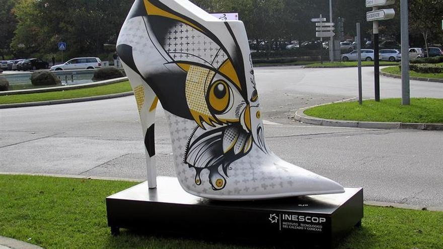 Zapatos gigantes de diseño español dan color a San Joao da Madeira