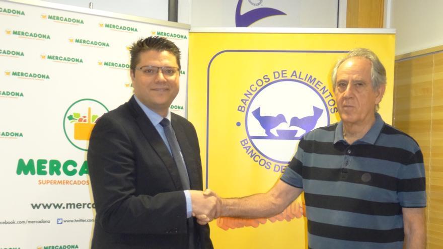 El director de Relaciones Externas de Mercadona en Las Palmas, Arcadio Peñate y el presidente del Banco de Alimentos de Las Palmas, Pedro Llorca, han rubricado el acuerdo.