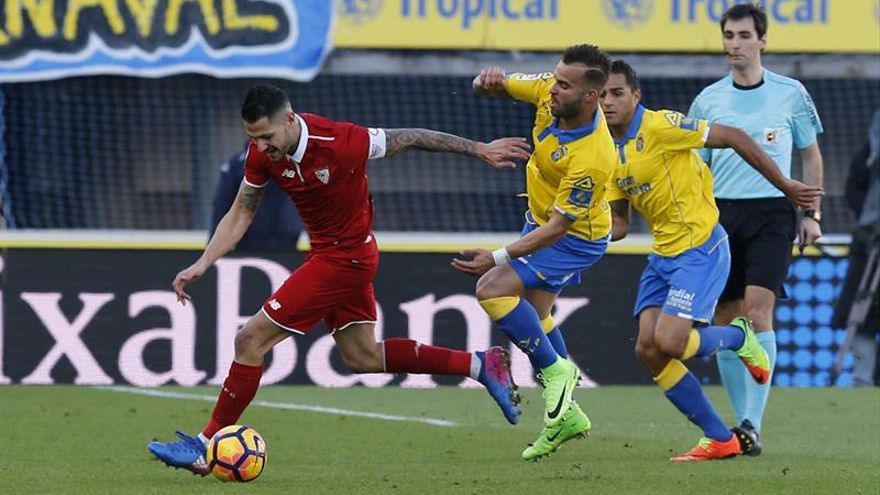El delantero de Las Palmas Jesé Rodríguez (c) y el centrocampista del Sevilla Vitolo (i), durante el partido de la vigésima segunda jornada de la Liga de Primera División en el estadio de Gran Canaria, en Las Palmas de Gran Canaria. EFE/Elvira Urquijo A.
