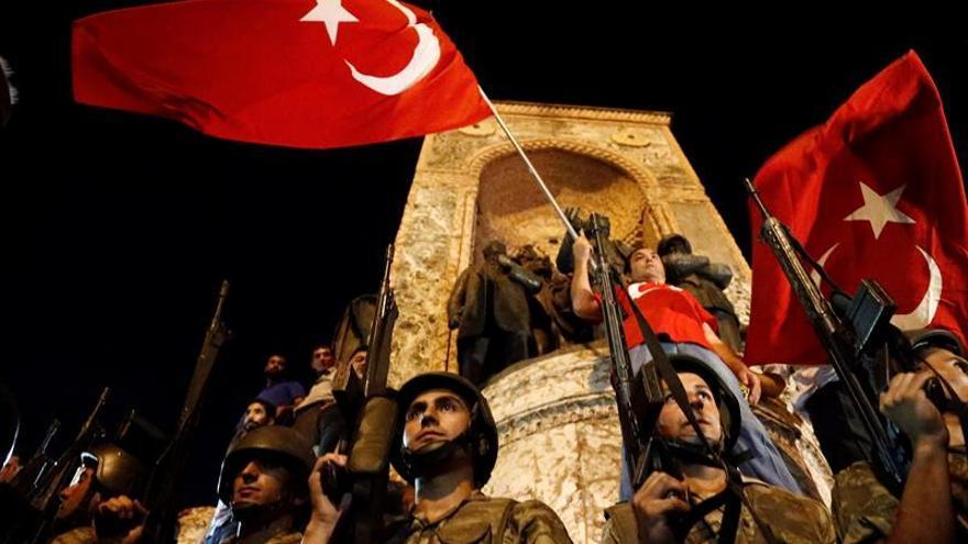 Varios comandantes militares turcos se pronuncian contra el golpe de Estado