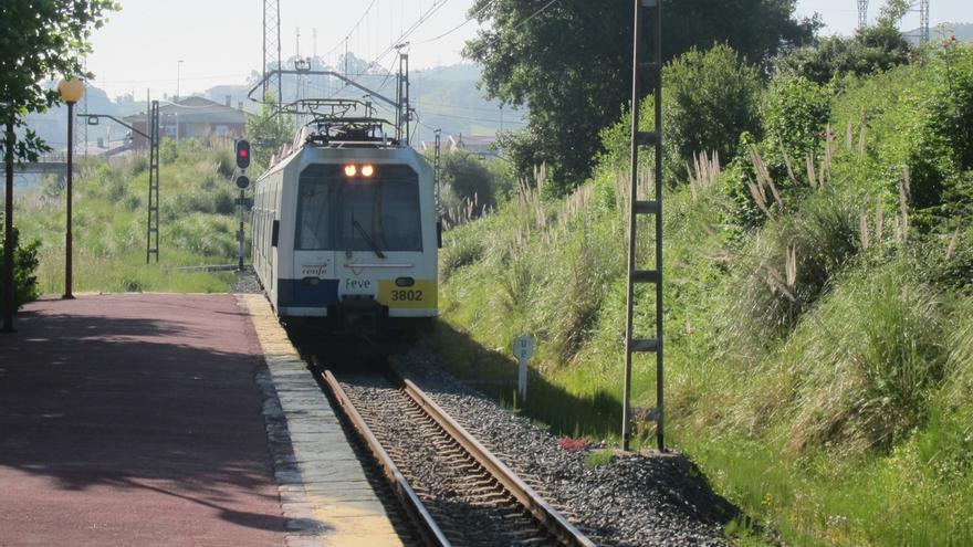 Una avería en un tren obliga a transbordar por carretera a viajeros de la línea Santander-Bilbao